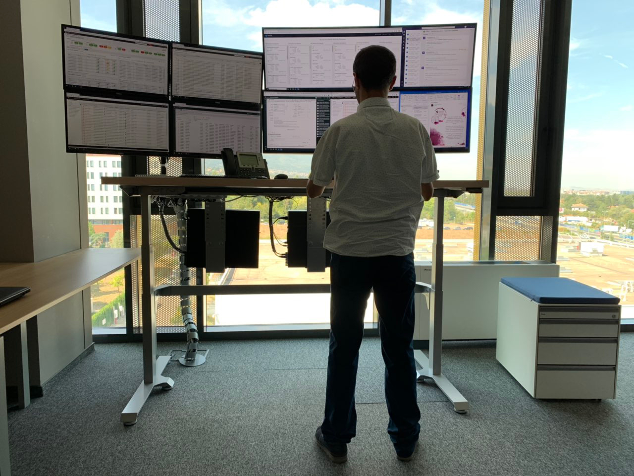 Height adjustable standing desk BulDesk Pro Plus in Telelink