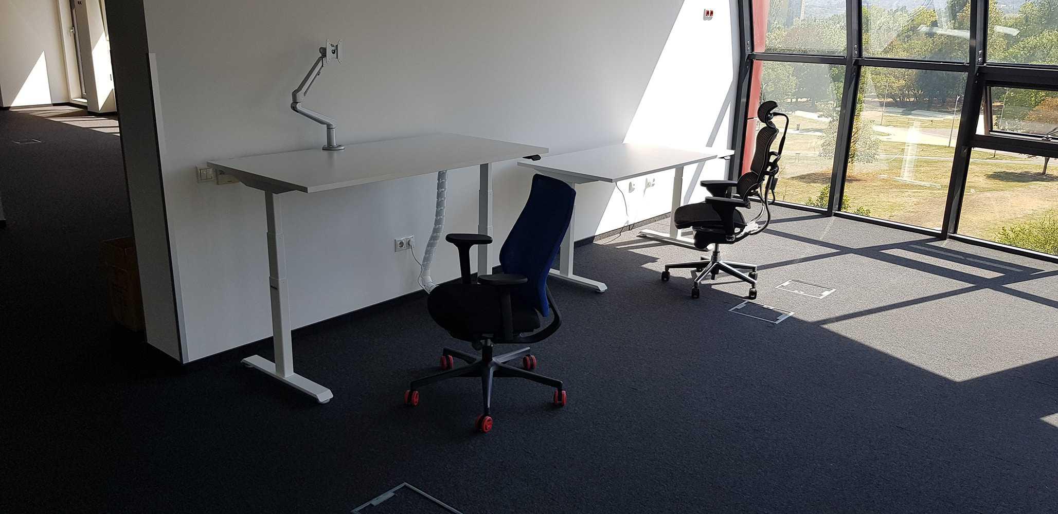 Sit-stand desks BulDesk Pro with monitor stands BulDesk Pro Arm