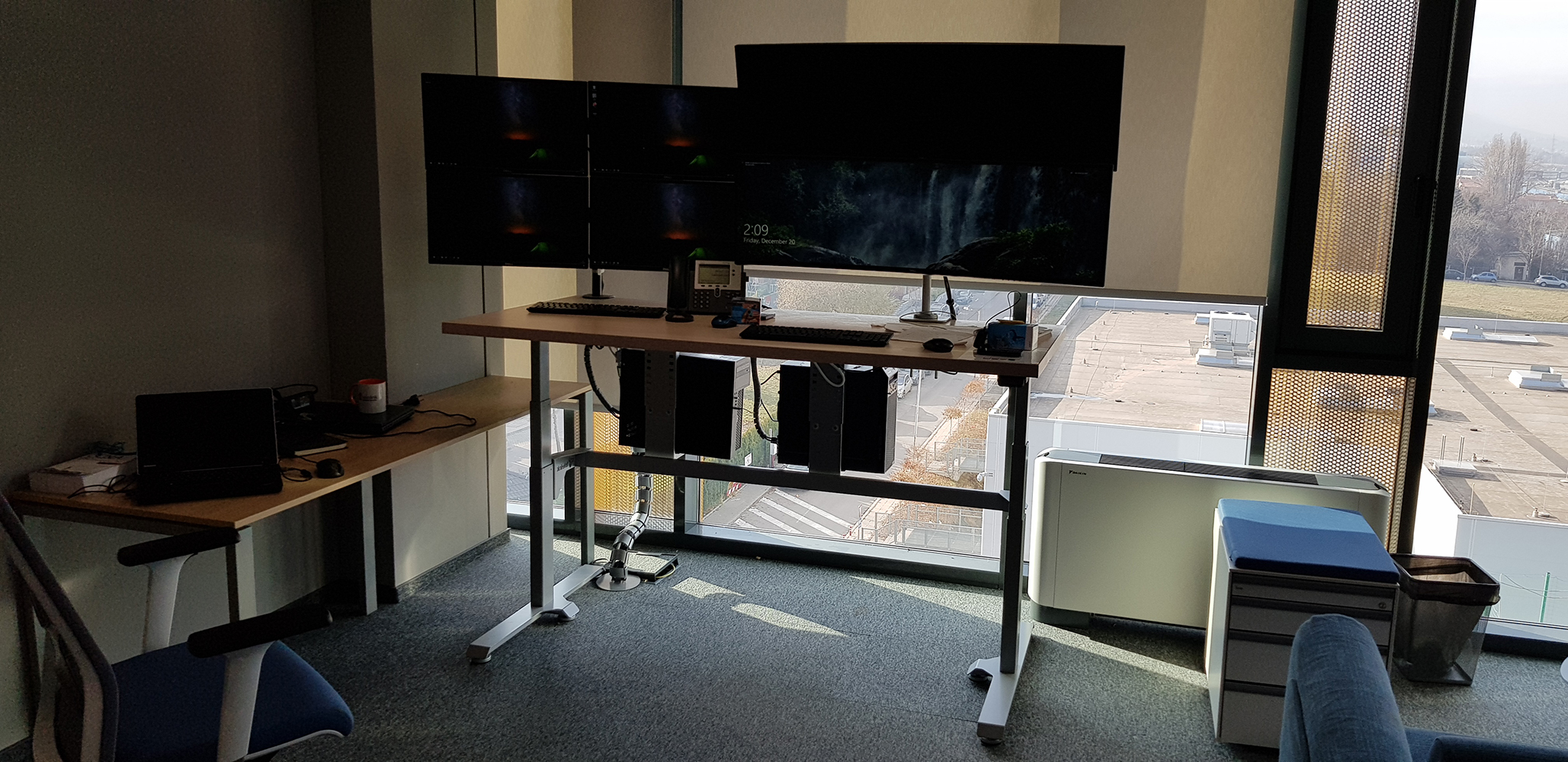 Height adjustable standing desk BulDesk Pro Plus with 6 monitors in Telelink office